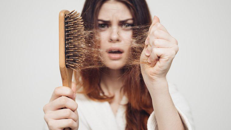 Aunque la pérdida de cabello se da habitualmente, es importante que preste atención cuando esta se da de forma irregular porque podría ser señal de alguna enfermedad. Si estos remedios naturales no solucionan su problema visite a su médico. (Foto Prensa Libre: Servicios)