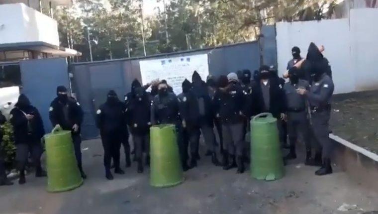 Varias imágenes circulan en redes sociales sobre la inconformidad de los agentes penitenciarios. (Foto Prensa Libre: Facebook)
