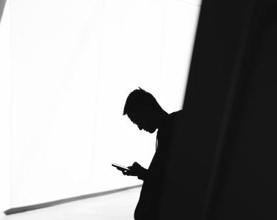 Varias empresas en el mundo han implementado servicios de denuncia anónima para responder a riesgos de conductas inapropiadas. (Foto Prensa Libre: Unsplash)