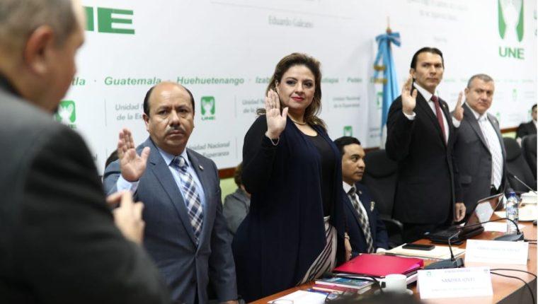 Sandra Jovel, ministra de relaciones exteriores, al centro acompañada de otros funcionarios en la citación con diputados. (Foto Prensa Libre: Carlos Hernández)