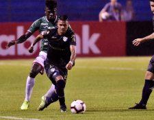 Jorge Vargas conduce el balón en una acción en el partido contra Marathón. (Foto Prensa Libre: EFE).
