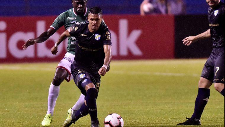 Jorge Vergas conduce el balón en una acción en el partido contra Marathón. (Foto Prensa Libre: EFE).
