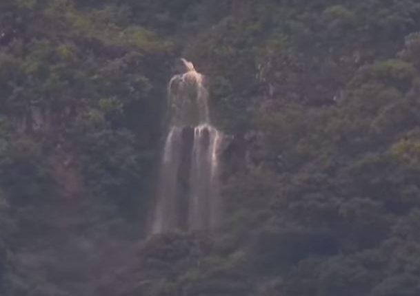 Esta es la caída de agua que vecinos de Alotenango han podido observar a la distancia.