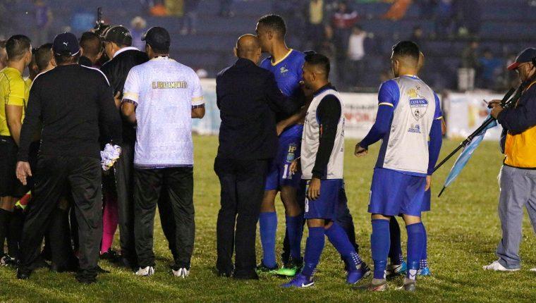 El técnico Jorge Rodríguez detiene a Josué Mitchell que se dirige a la terna arbitral, al final del encuentro de Cobán Imperial contra Xelajú. (Foto Prensa Libre: Eduardo Sam)
