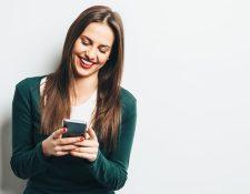 La economía de palabras hace que la onomatopeya de la risa se acorte en los mensajes de texto, un fenómeno presente en muchos idiomas. GETTY IMAGES