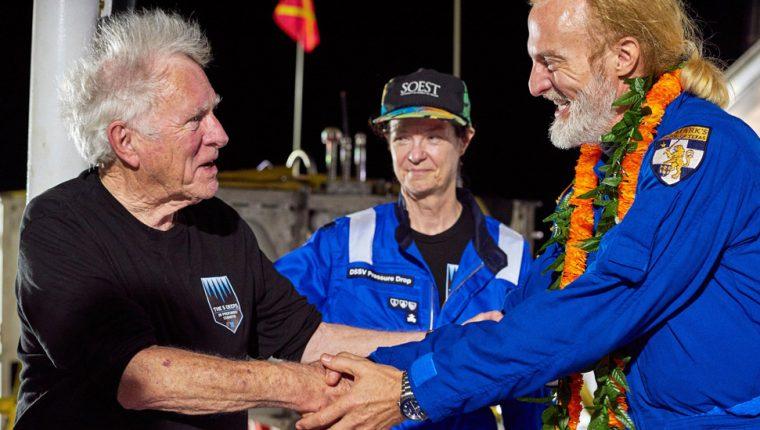 Victor Vescovo (der) fue felicitado por su hazaña por Don Walsh, quien descendió hasta la fosa de las Marianas en 1960. REEVE JOLLIFFE ATLANTIC PRODUCTIONS
