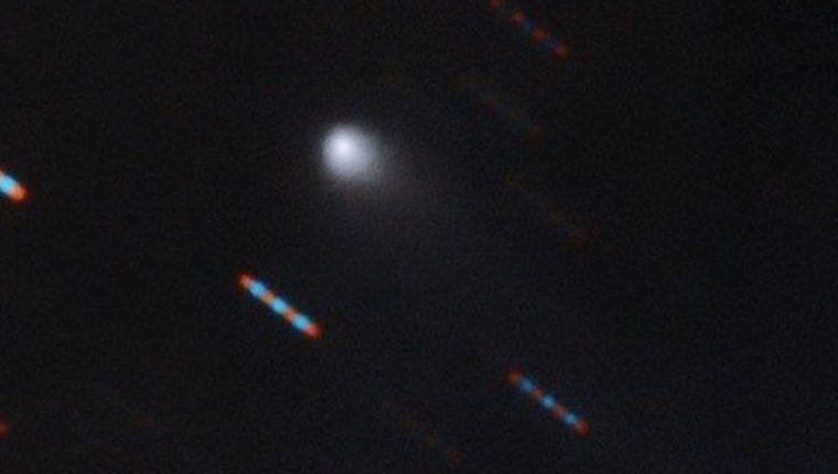 En su primera foto, el nuevo visitante interestelar muestra su cola de cometa. Las imágenes rojas y azules corresponden a estrellas de fondo que aparecen distorsionadas por el movimiento del cometa. GEMINI OBSERVATORY/NSF/AURA