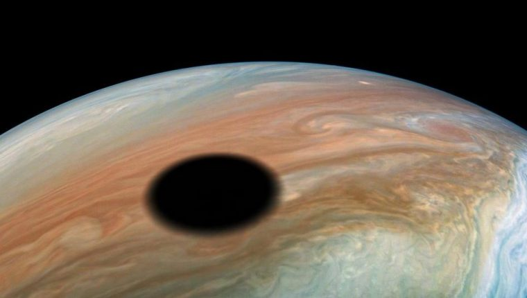 Io es una de cuatro lunas galileas de Júpiter. En esta imagen vemos su sombra reflejada sobre el planeta.