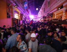 Como una tradición que cada año incrementa, turistas y quetzaltecos acudieron al Pasaje Enríquez para celebrar. (Foto Prensa Libre: María Longo)