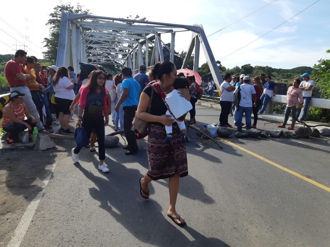 Salubristas bloquean el Periférico y varios puntos del país para pedir aumentos