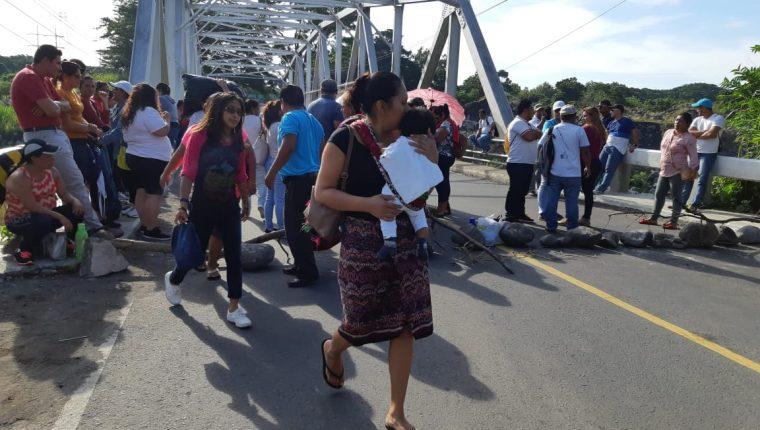 Bloqueo en el cruce de El Zarco, Retalhuleu. (Foto Prensa Libre: Rolando Miranda)