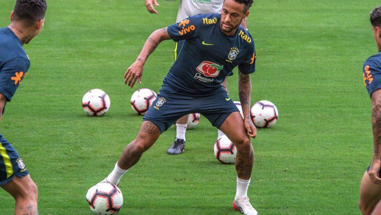 El jugador de la selección nacional de Brasil Neymar Jr. participa en un entrenamiento en el Hard Rock Stadium. (Foto Prensa Libre: EFE)