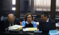 GU5008. CIUDAD DE GUATEMALA (GUATEMALA), 06/09/2019.- La exprimera dama de Guatemala y excandidata a la Presidencia Sandra Torres, detenida por un supuesto delito de financiación electoral ilícita, habla este viernes con su abogado durante una audiencia de primera declaración en la que la Fiscalía empezó con la imputación de los cargos en su contra por supuestamente negociar una campaña ilegal en el año 2015, cuando perdió la primera magistratura del país frente al actual mandatario, Jimmy Morales. EFE/Dafne Pérez