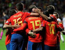 Los jugadores de la selección española celebran el segundo gol. (Foto Prensa Libre: EFE)