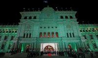 """AME6919. CIUDAD DE GUATEMALA (GUATEMALA), 12/09/2019.- Fotografía este jueves de una ceremonia del Gobierno en el centro histórico de Ciudad de Guatemala (Guatemala). El presidente de Guatemala, Jimmy Morales, presumió este miércoles del """"brillo"""" que vuelve a tener el Palacio Nacional de la Cultura, que este año cumple 76 años, después de las obras de restauración realizadas, pero sus palabras estuvieron rodeadas por gritos de """"asesino"""". Y es que un grupo de manifestantes, de unas 50 personas, interrumpió la ceremonia oficial después de conocer que las autoridades habían decidido retirar de la plaza las 41 cruces colocadas en un altar para recordar la muerte de otras tantas niñas el 8 de marzo de 2017, cuando murieron quemadas en un hogar estatal. Con una pancarta que decía """"La patria no se construye sobre sangre"""" y una imagen de Morales titulada """"traidor"""", los manifestantes exigían volver a poner el altar en honor de las pequeñas"""". EFE/Esteban Biba"""