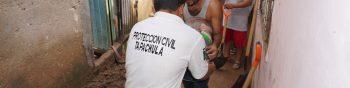 AME8666. TAPACHULA (MÉXICO), 17/09/2019.- Un integrante de Protección Civil de Tapachula ayuda a personas afectadas por el desbordamiento de dos ríos este martes en la ciudad de Tapachula en el estado de Chiapas (México). La tormenta tropical Mario se formó este martes en el Pacífico mexicano horas después de que el ciclón Lorena alcanzara la misma categoría, ambas en las aguas del Pacífico mexicano, informó el Servicio Meteorológico Nacional (SMN). EFE/Juan Manuel Blanco