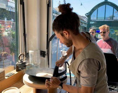 """Nuriel Molcho aprendió hace solo tres años a fabricar sombreros viendo tutoriales de Youtube y acabó creando la marca """"Nomade Moderne"""" que comercializa cada año cientos de sombreros personalizados y hechos a mano en su pequeño taller en el centro de Viena. (Foto Prensa Libre: EFE)"""