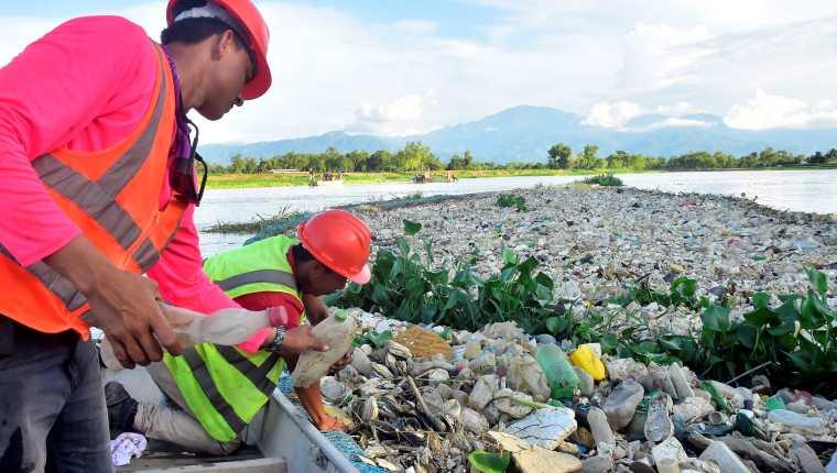 El reglamento 236-2006 no cobra vigencia mientras las aguas superficiales continúan contaminándose. (Foto Prensa Libre: Hemeroteca PL)