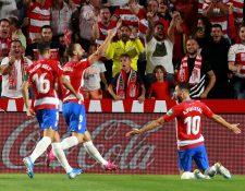 Los jugadores del Granada celebran su primer gol contra el Barcelona. (Foto Prensa Libre: EFE)