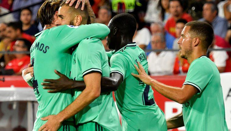 El delantero francés del Real Madrid Karim Benzema celebra su gol. (Foto Prensa Libre: EFE)