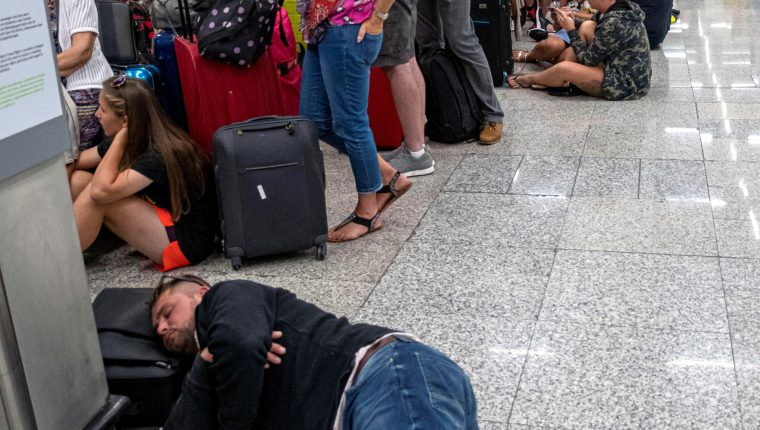 La quiebra del touroperador británico Thomas Cook provocó decenas de cancelaciones aéreas que afectan a miles de turistas en todo el mundo. (Foto Prensa Libre: EFE)