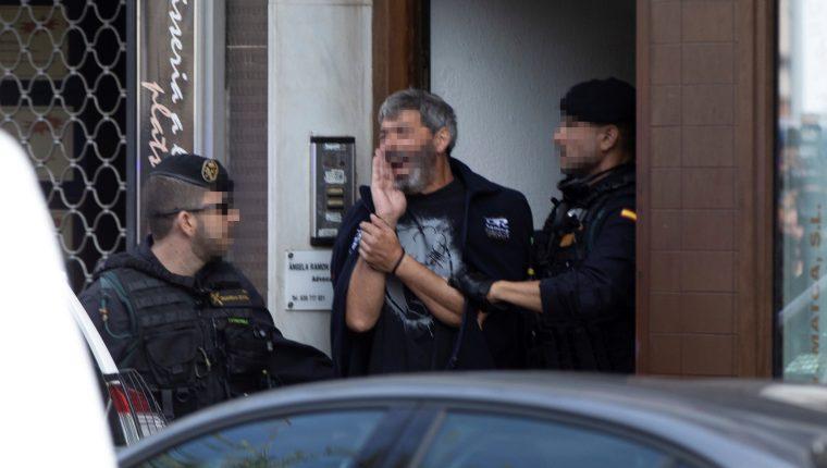 Agentes de la Guardia Civil acompañan a uno de los nueve detenidos durante el registro de un domicilio en Sabadell (Barcelona), por planear acciones violentas. (Foto Prensa Libre: EFE)