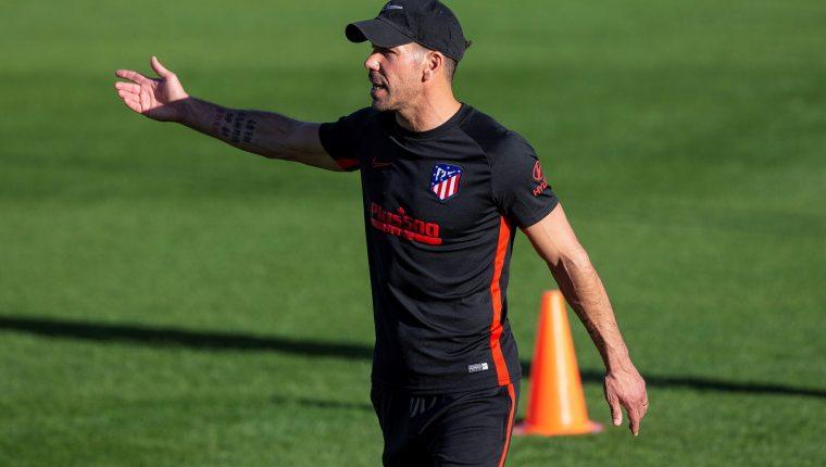 El técnico argentino del Atlético de Madrid, Diego Pablo Simeone, durante el entrenamiento que el equipo rojiblanco ha realizado esta tarde en la ciudad deportiva Wanda de Majadahonda. (Foto Prensa Libre: EFE)
