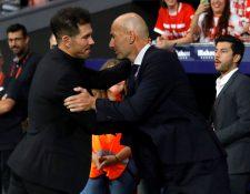 El entrenador del Atlético de Madrid, Diego Pablo ''Cholo'' Siemone (i), saluda a su homólogo del Real Madrid, Zinedine Zidane (d). (Foto Prensa Libre: EFE)