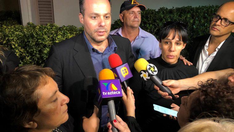 José Joel Sosa y Marysol Sosa hablan con periodistas sobre la muerte de su padre. (Foto Prensa Libre: Hemeroteca PL)
