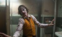 """AME3782. LOS ÁNGELES (ESTADOS UNIDOS), 30/09/2019.- Fotograma cedido este lunes por Warner Bros donde aparece el actor Joaquin Phoenix durante una escena de la película """"Joker"""". A Joaquin Phoenix se le ha puesto cara de Óscar, pero trata de disimular. Su impresionante rol en """"Joker"""" domina las quinielas de los premios, pero él insiste ante los medios en hablar solo de la cinta: una mirada absorbente, provocadora y desbordante a los inicios del enemigo de Batman. """"Acusar a una película de glorificar la violencia es absurdo"""", asegura a Efe ante el estreno este viernes de un filme que bebe del cine de Martin Scorsese (""""Taxi Driver"""", """"The King of Comedy"""") y que ha dirigido Todd Phillips (""""The Hangover"""") con Robert De Niro redondeado el reparto. EFE/Warner Bros/ SOLO USO EDITORIAL/ NO VENTAS"""