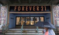 Washington (United States), 30/09/2019.- People walk past a Forever 21 store in downtown Washington, DC, USA, 30 September 2019. Forever 21, Inc. voluntarily filed for bankruptcy protection under Chapter 11 of the US Bankruptcy Code, the company announced. Forever 21 said it would continue to operate its stores and online business during the bankruptcy proceedings, but is seeking to close a number of stores across the United States. (Estados Unidos) EFE/EPA/ERIK S. LESSER