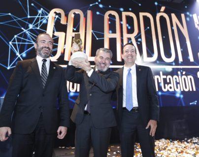 Pierre Eugenio Dedet, presidente del Grupo DetPon, alza el reconocimiento a Exportador del Año. (Foto Prensa Libre: Esbin García)