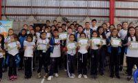 Los estudiantes participantes del proyecto recibieron diplomas de participación. (Foto Prensa Libre: Cortesía Eduline).