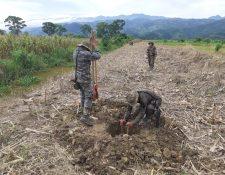 Soldados del Ejército destruyen la pista clandestina que se usó para aterrizaje de aeronaves. (Foto Prensa Libre: Cortesía)