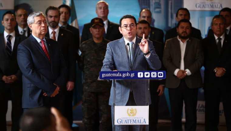 Jimmy Morales, junto a sus ministros, anuncia el estado de Sitio en 22 municipios. (Foto Prensa Libre: Hemeroteca PL)