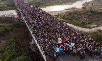 A las caravanas de migrantes centroamericanosque llegaron a México en 2018, con destino a Estados Unidos, Estados Unidos reaccionó endureciendo su política migratoria y presionando a su vecino.