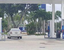 Los habitantes de la costa oeste de Florida se preparan con insumos, como gasolina y vivieres, para afrontar posibles eventualidades provocadas por el huracán Dorian. (Foto Prensa Libre: Erick Acevedo García)