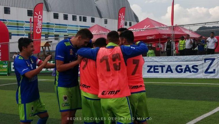 Así festejaron los jugadores, en un día soñado y que quedará en la historia. (Foto Prensa Libre: Facebook Deportivo Mixco)