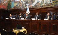 Los diputados Luis Azmitia y Juan Ramón Lau -segundo y tercero de izq. a der.-, que  integran la comisión anticicig no formaran parte del nuevo Congreso de la República (Foto Prensa Libre: Noé Medina)