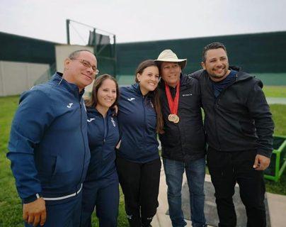 El equipo guatemalteco posa con las medallas ganadas en el Iberoamericano de escopeta realizado en Lima. (Foto COG).