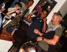 David Hernández muestra su alegría después de arribar al país el sábado por la noche procedente de Bonaire, Holanda. (Foto Cog).