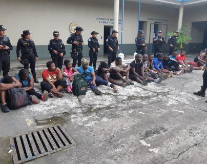 Africanos quedaron detenidos en la comisaría de Escuintla hasta que agentes del IGM asuman el caso. (Foto Prensa Libre: Carlos Paredes)