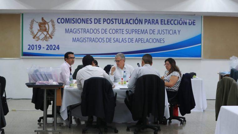 Los comisionados empezaron con la evaluación de los expedientes con base a  la tabla de gradación. (Foto Prensa Libre: Juan Diego González)