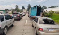En Chimaltenango se registran filas de vehículos por lo menos de 15 kilómetros hacia la capital. (Foto Prensa Libre: Antonio Ixcot)