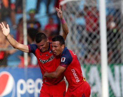 Orlando Moreira celebra tras anotar el gol del triunfo. (Foto Prensa Libre: Carlos Vicente)