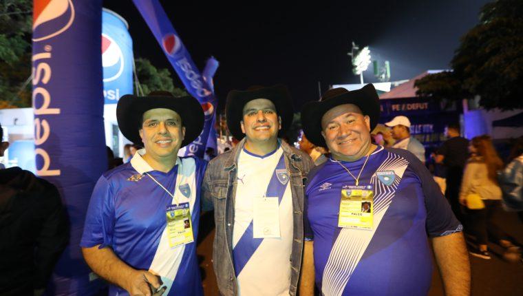 """Los Tres Huitecos interpretan junto a Los Miseria Cumbia Bsnda la canción """"El doceavo jugador"""". (Foto Prensa Libre: Francisco Sánchez)"""