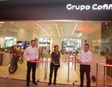 André Dueñas, gerente de marca de Grupo Cofiño; Eleonora Tabaroni Area, Sales Manager de Ducati,  y George Baisi, gerente de ventas de Ducati, inauguraron el Showroom de Ducati. Foto Norvin Mendoza