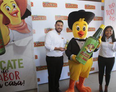 Paulino Portillo, gerente de marca Pollo Campero, y Alejandra Morán, gerente de marcas Salsa Campero, dieron a conocer los detalles de la venta de Salsa Picante Campero. Foto Prensa Libre: Norvin Mendoza