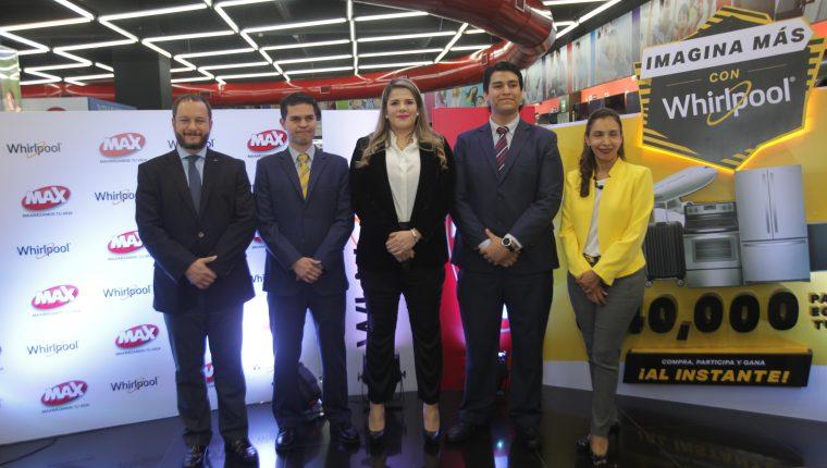 Directivos de Tiendas Max y Whirlpool presentaron la promoción y  las nuevas lavadoras. Foto Norvin Mendoza