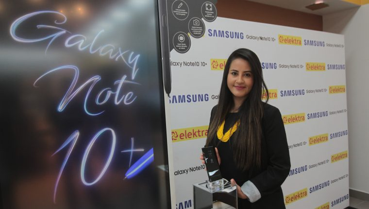 Mónica Amezquita, gerente de producto de Elektra Guatemala, comentó los beneficios de adquirir la nueva gama de celulares Samsung en Tiendas Elektra. Foto Norvin Mendoza